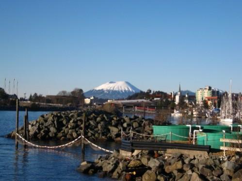la petite ville de Sitka,en arrière plan le volcan  Edgecumbe en sommeil