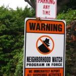 """""""Attention les voisins surveillent!"""" indique le panneau, bonjour l'ambiance!"""