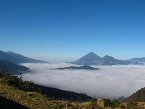 Encore quelques km... sous la brume le lac d'Atitlan