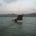 remorque par une barque nous tentons de rejoindre le rivage