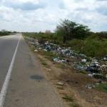 des dechets jalonnent la route par tonnes