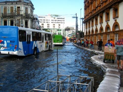Le fleuve Amazone  s'est mis en colère, Manaus, près du port