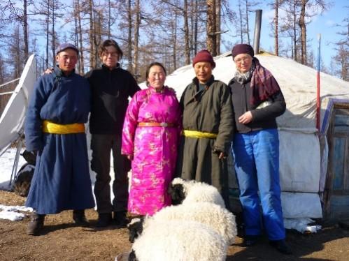 les voisins au grand sourire (toujours), avec les moutons